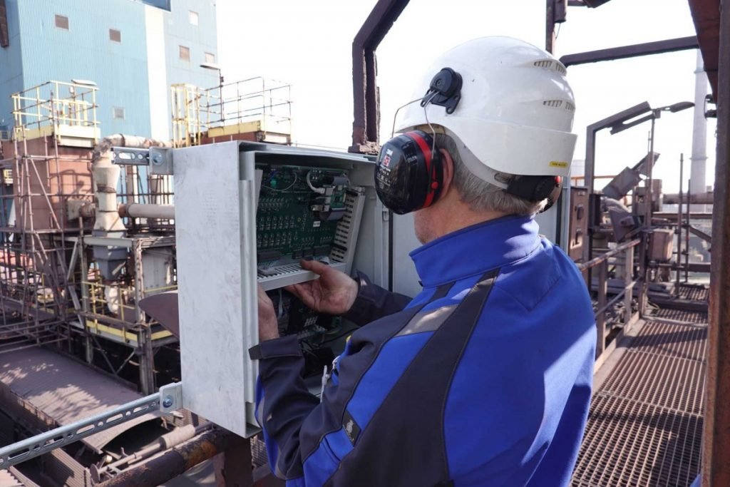 Installation of the uBridge vibration data collector in steel industry